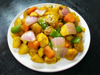 咖喱土豆鸡丁,装盘撒上白芝麻点缀