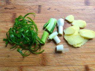 糖醋里脊肉,葱清洗干净葱白切段,葱叶切丝待用,生姜去皮洗净切片待用。