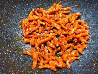 糖醋里脊肉,把炸好的里脊肉倒入翻炒,至酱汁完全被里脊肉吸收即可关火。