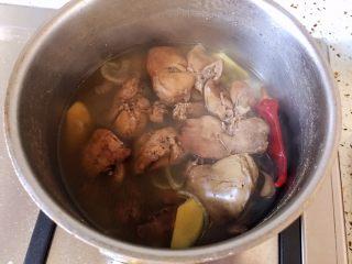 盐水鸡肝,锅中留有汤汁,用来浸泡鸡肝,泡的时间长就更容易入味