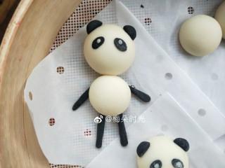 卡通馒头—小熊猫馒头,四肢稍微长一点,如果太短的话一发酵,一蒸,会看不到了。