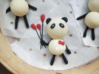 卡通馒头—小熊猫馒头,剩了一点白色面团,我加了红曲粉,给其中一只熊猫做了一个蝴蝶结🎀和几个气球🎈。