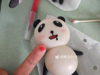 卡通馒头—小熊猫馒头,用红色烘培笔在手指上画几下,然后用棉棒蘸取颜色在熊猫的脸颊上轻轻涂几下,做腮红。不宜涂的太重。也可以用红曲粉溶于水代替。