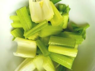 香瓜芹菜汁,切段备用