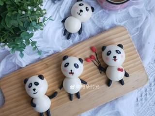卡通馒头—小熊猫馒头,好了,超级可爱的熊猫🐼馒头就做好了,表情可以画成不一样的。