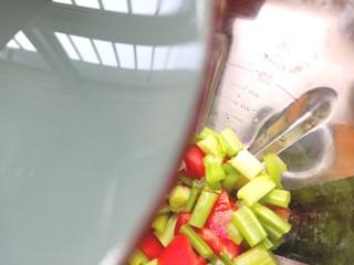 芹菜番茄汁,倒入破壁机中,盖好盖子