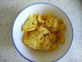 蒜苔木耳炒鸡蛋,盛出待用