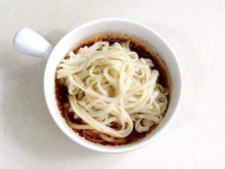 酸辣凉拌面,接着把面条从凉水中捞出,放入酱汁中拌匀。