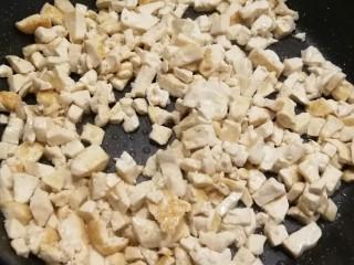 野菜豆腐包子,煎锅放入食用油 将豆腐丁煎制两面微黄