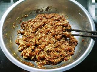 野菜豆腐包子,朝一个方向搅拌上劲