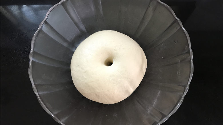 玉米粉荷叶饼,把揉好的面团放温暖处进行发酵,至两倍大,手指蘸粉插入面粉中不回缩,不塌陷,发酵完成。