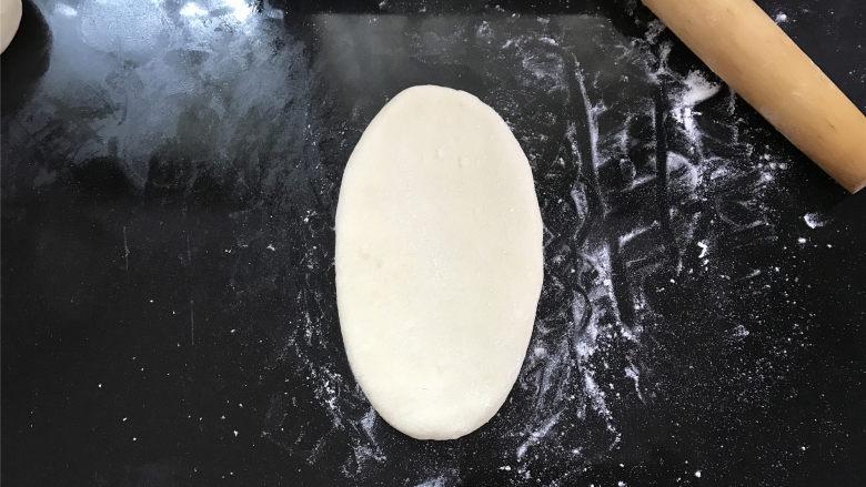玉米粉荷叶饼,取一个松弛好的面团,擀成长状,
