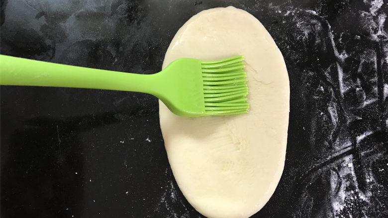 玉米粉荷叶饼,然后用刷子蘸少许油,刷在面片上。