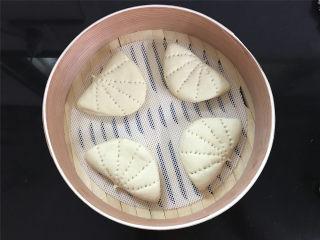 玉米粉荷叶饼,同样的方法全部做好后放入蒸笼,再次醒发15分钟。