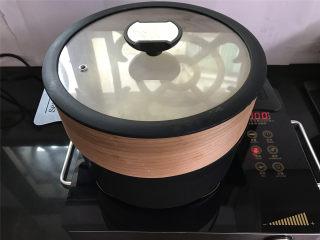 玉米粉荷叶饼,然后上蒸锅,大火煮开后转中小火,蒸12分钟,即可,蒸好后不要马上打开盖子,焖3-5分钟再打开锅盖。