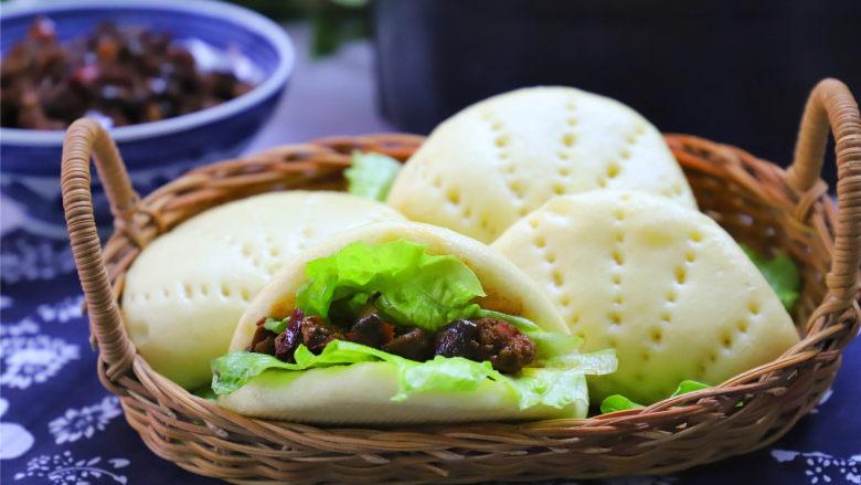 玉米粉荷叶饼,吃的时候放上自己做的香菇肉酱,没有酱的话也可以直接吃了。