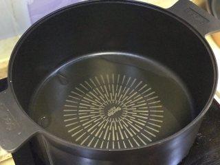 鲫鱼汤,锅内适量油烧热。