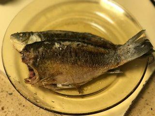 鲫鱼汤,煎至两面金黄盛出备用。