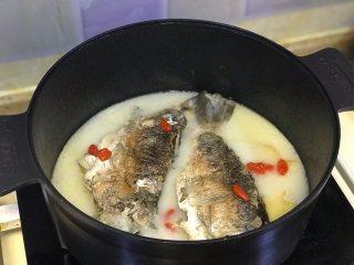 鲫鱼汤,加入洗净的枸杞再炖10分钟。