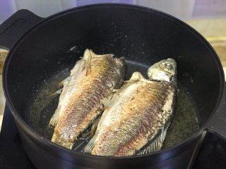鲫鱼汤,一面煎至金黄色翻面继续煎。
