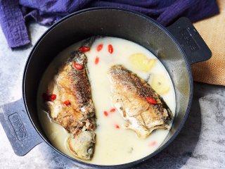 鲫鱼汤,加入盐调味即可享用。