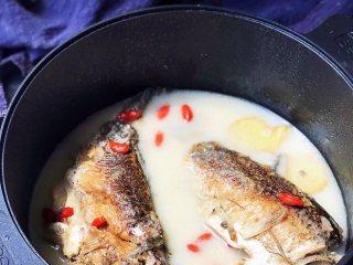 鲫鱼汤,鲫鱼可捞出再撒少许盐食用。