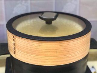 马拉糕,放入蒸锅,大火烧开后转小火蒸20分钟。