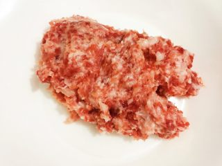 麻婆豆腐,猪肉剁成泥,装盘备用