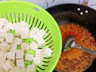 麻婆豆腐,锅中沸腾后将豆腐倒入锅中,小火🔥煮至沸腾
