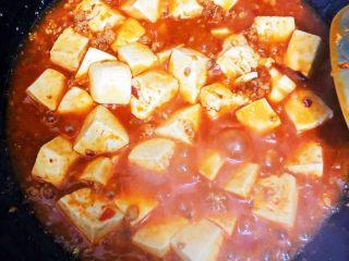 麻婆豆腐,三次收汁(时刻注意汤汁过浓或过清),收汁过程火候🔥不宜过旺。汤汁过浓或过清会导致口感不佳