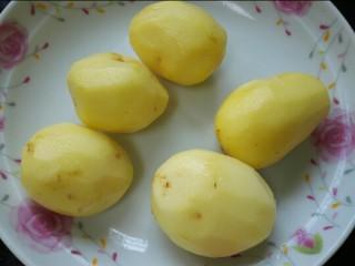 红烧土豆鸡翅根,小土豆洗净去皮