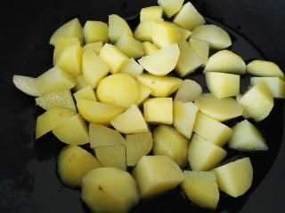 红烧土豆鸡翅根,放入土豆煎一下