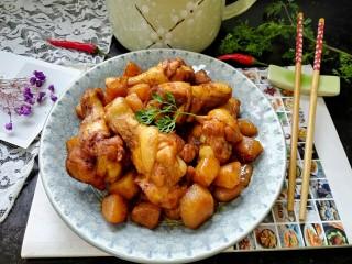 红烧土豆鸡翅根,拍上成品图,一盘美味的红烧土豆鸡翅根就完成了,小土豆夹杂着肉香特别美味。