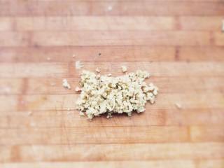 家常茴香猪肉水饺,姜切成姜末。