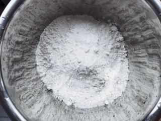 家常茴香猪肉水饺,适量面粉放入容器中。