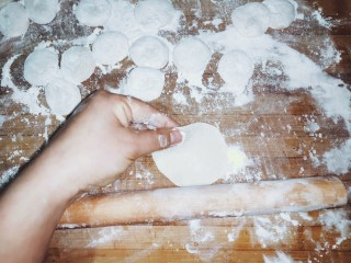 家常茴香猪肉水饺,用擀面杖擀成饺子皮。