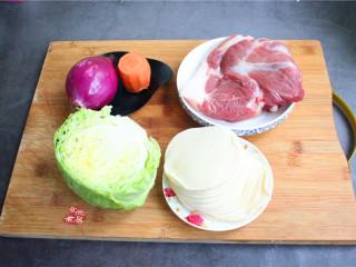 鸡蛋煎饺,备好食材,做饺子馅,尽量不要全部使用瘦肉,因为瘦肉口感比较柴,锁不住汤汁,嚼起来没有油润感,用夹心肉或是五花肉均可,带点肥肉的馅料,刚好可以滋润一下配菜;