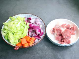 鸡蛋煎饺,将洋葱、胡萝卜和包菜分别洗净,切成小块,猪肉也洗净去皮,切小块是方便家用搅拌机运作;