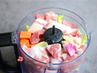 鸡蛋煎饺,若是食材比较多,建议分多次来搅拌肉馅,将处理好的食材用大盆盛起,搅拌拌匀,分两次放入搅拌机内;