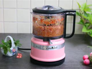鸡蛋煎饺,搅拌机通电,将食材搅成馅料,搅拌机有两个档位可以调节,若喜欢粗狂的口感就用1档,喜欢细腻的口感就用2档;