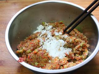 鸡蛋煎饺,调入盐、鸡粉、胡椒粉、香油、淀粉、充分搅拌均匀,接着包饺子;