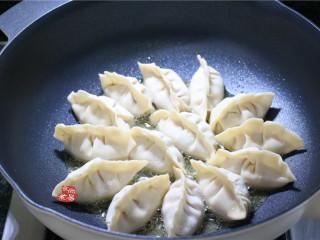 鸡蛋煎饺,烧热煎锅,倒入少量食用油,将饺子整齐铺在锅内,中火煎至饺子定型;