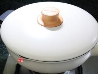 鸡蛋煎饺,锅内倒入小半碗清水,遮上锅中,大火煎焖至水分收干、饺子馅熟透;