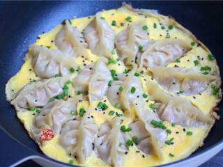 鸡蛋煎饺,蛋液煎成蛋片后,均匀撒上葱花和黑芝麻,关火,即可整锅端上餐桌食用。