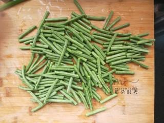 麻汁豆角,长豆角也就是豇豆,洗干净。切长段。