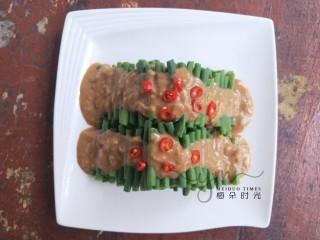 麻汁豆角,然后把调味汁淋上去,切点红辣椒圈装饰。