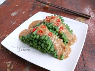 麻汁豆角,成品。夏季必吃的一道凉菜。 如果有时间,可以放冰箱冷藏一会再吃。