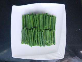 麻汁豆角,豆角摆放整齐。自家吃的话直接用调味汁拌匀就可以吃了。宴客可以摆个盘,这样更美观些。