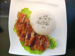 照烧鸡腿饭,米饭倒扣在盘子里。表面撒黑芝麻。鸡肉取出切长条,摆在米饭旁边。底下可以铺生菜,也可以不铺。