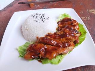 照烧鸡腿饭,然后把剩余的汤汁浇在鸡肉表面,再撒一些黑胡椒碎。香喷喷的照烧鸡腿饭就做好了。